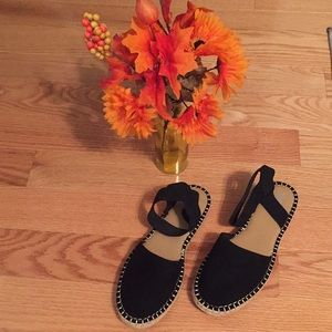 Women's Black closed toed Sandals with Woven trim